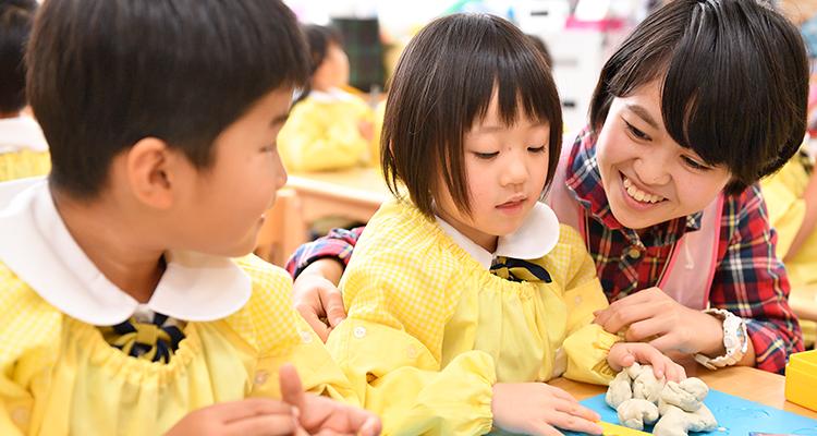 みずほ幼稚園の園児と先生
