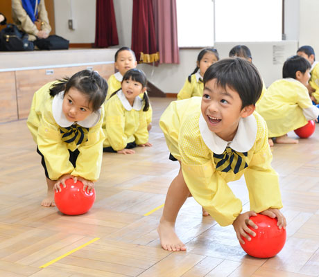体操を楽しむ園児